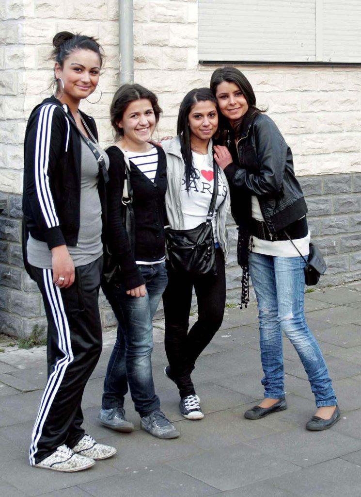 Junge Mädchen aus der Türkei lächeln in die Kamera
