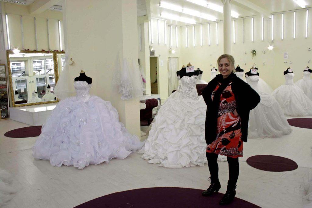 Die Geschäftsfrau Hatice Kök, die eines der vielen Geschäfte für Brautmoden führt