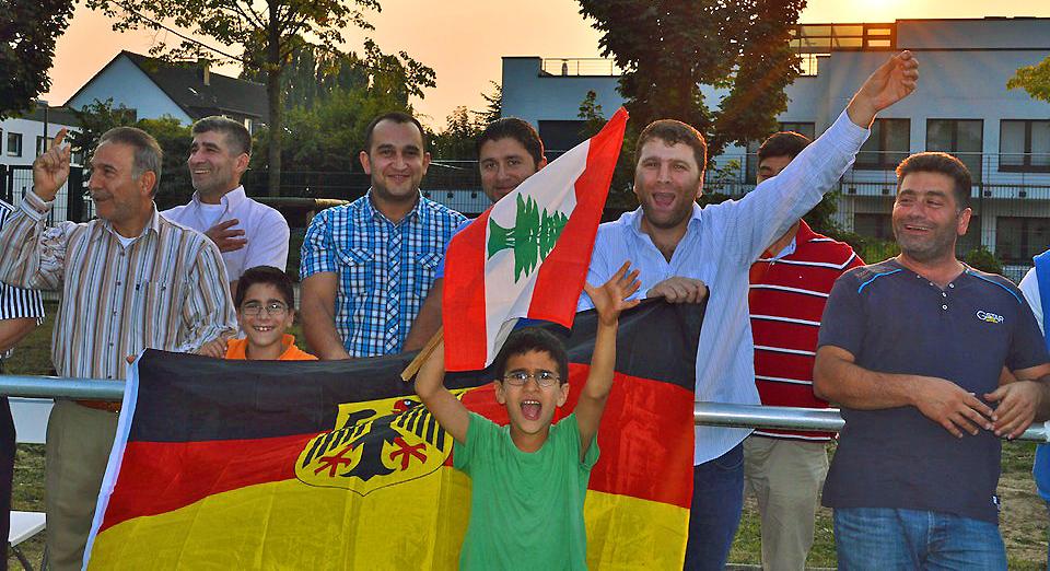 Fröhliche arabische Fans mit Fahnen
